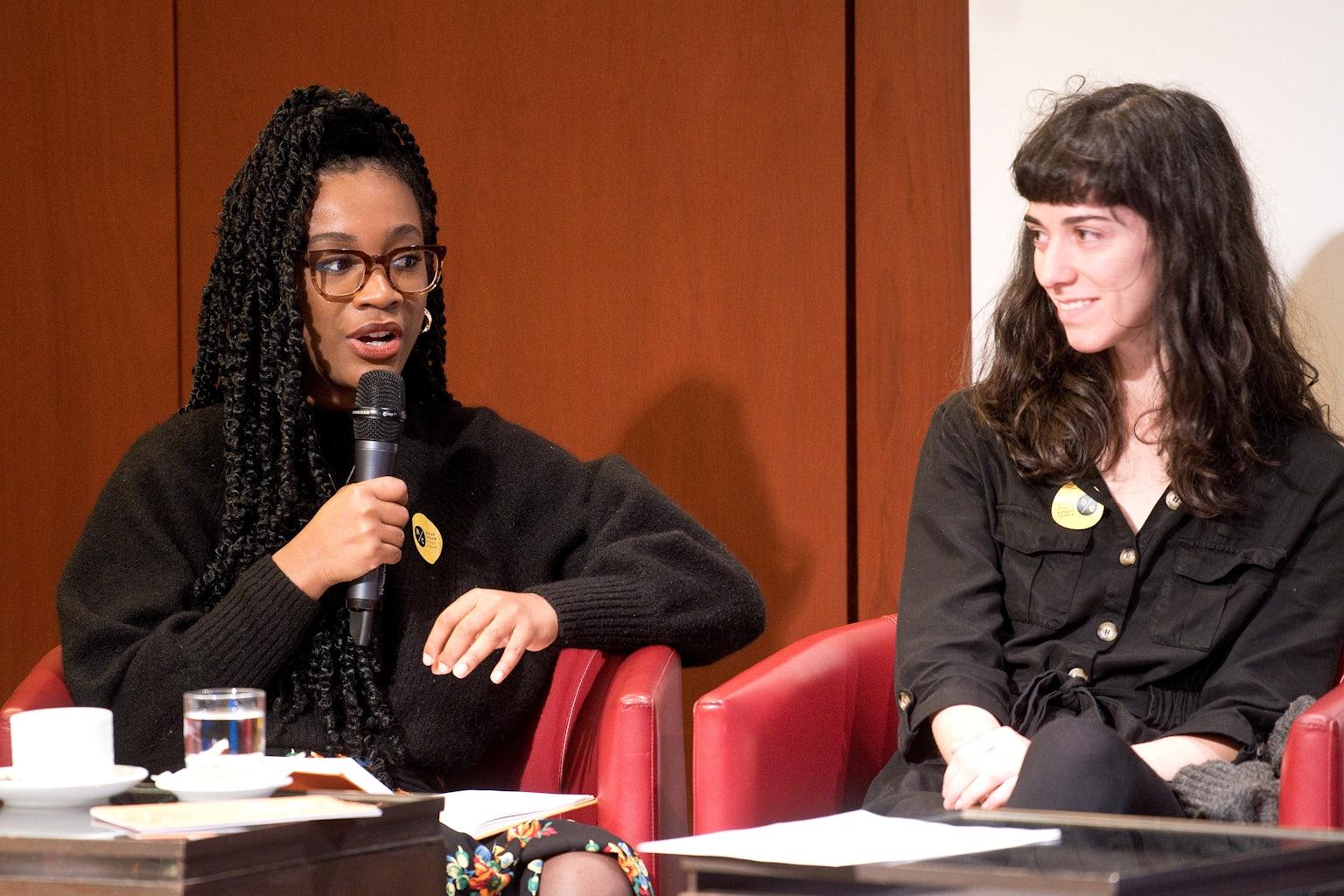 Uitgeefster Aimée Felone (Knights Of) in gesprek met illustrator Joana Estrela tijdens de conferentie in Lissabon.
