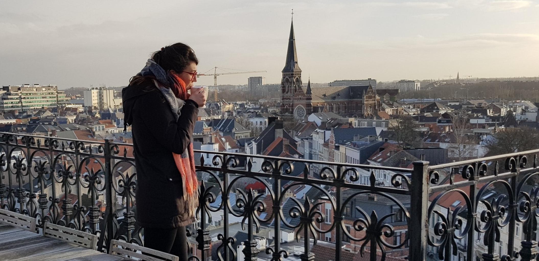 Kristen Gehrman op het dakterras van het Vertalershuis