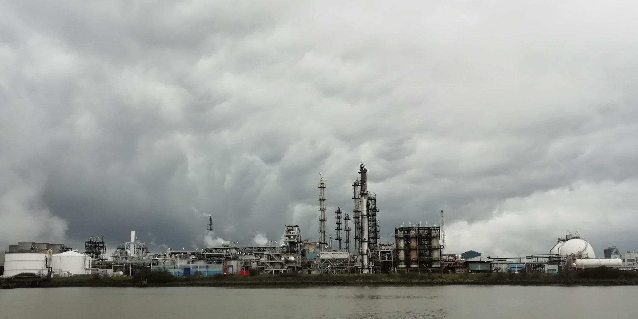 Industrie in de Antwerpse haven, gezien vanop de Schelde